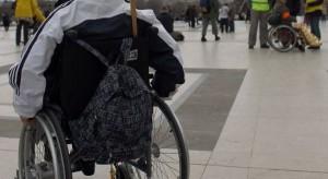 une-personne-en-fauteuil-roulant-lors-d-une-manifestation-en-faveur-de-l-emploi-des-handicapes-en-2010-a-paris-605x330