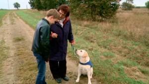 Raphael 11 ans, atteint d'une maladie génétique, devra être accompagné d'un animal d'assistance. Rencontre entre Raphael et Easy (chien d'assistance).